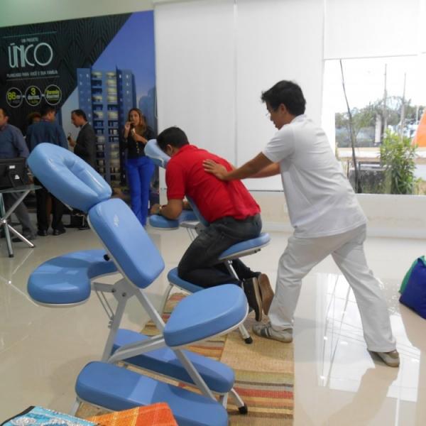 Qualy Sessa realiza seções de Quick Massage em evento de lançamento de empreendimento imobiliário